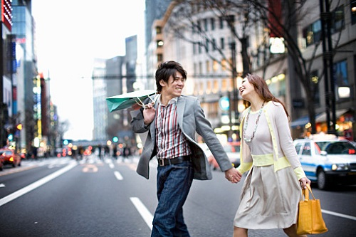 Two people are doing the shopping date in Ginza.
